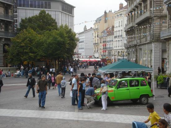 Stand en centre-ville de Grenoble, place Victor Hugo