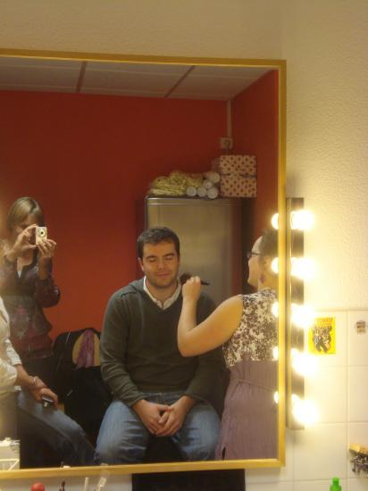 En coulisse, le maquillage...