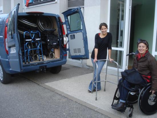 Chargement des fauteuils à l'APF 38 (association des paralysés de France), avec  Rose-Marie CUEVAS...