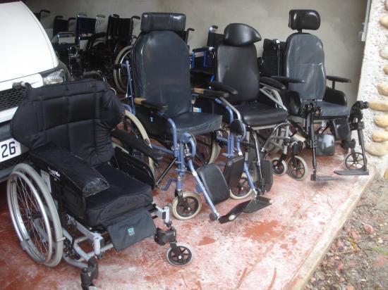 Les fauteuils roulants non pliables.