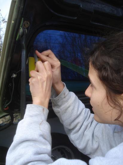 Pose du film autocollant pour teinter les vitres
