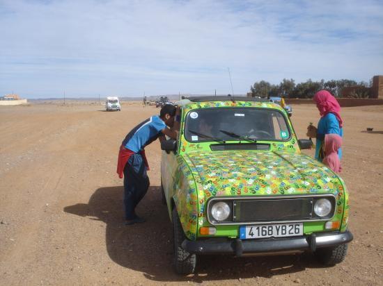 Sortie du bac à sable, la voiture a chaud!